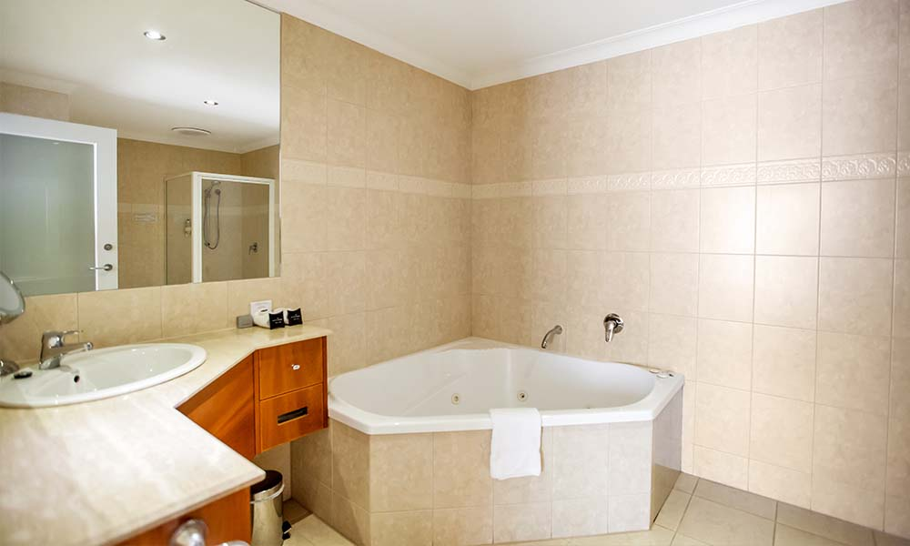 Century Inn Traralgon - King Spa Suite